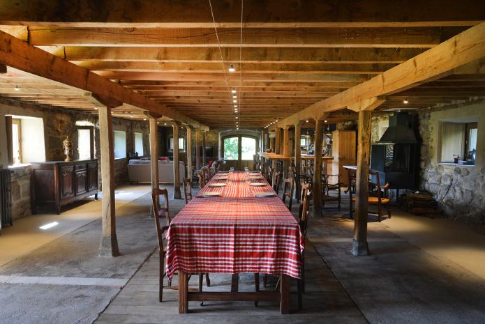 La grande table accueille vos convives pour vos repas de fêtes…